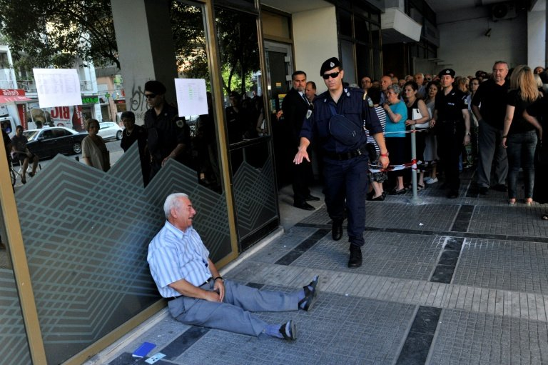 afp-australian-heads-to-greece-to-help-crying-pensioner-in-photo