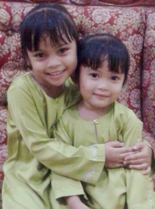 MELAKA 23 October 2015. ( MM736J / mc2310rentung ) Kanak-kanak perempuan Nur Maisarah Balqis Rosghazali, 7, (kiri) bersama adiknya Nur Qalesya Balqis Rosghazali, 6, (kanan) rentung di dalam bilik rumahnya di Taman Tanjung Minyak, Melaka.