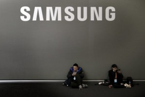 epa05175639 Two people next to the Samsung pavillion during the Mobile World Congress in Barcelona, Spain, 22 February 2016. The Mobile World Congress will run from 22 to 25 February 2016. EPA/ALBERTO ESTEVEZ